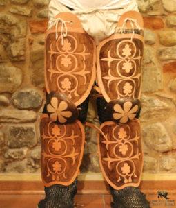 Protezioni per gambe in cuoio bollito dipinto - replica realizzata da Lorenzo Leonelli