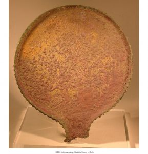 Specchio di bronzo graffito. Provenienza ignota. Berlino, Staatlische Museum 3386 (Fr. 70). Seconda metà del IV secolo a.C.